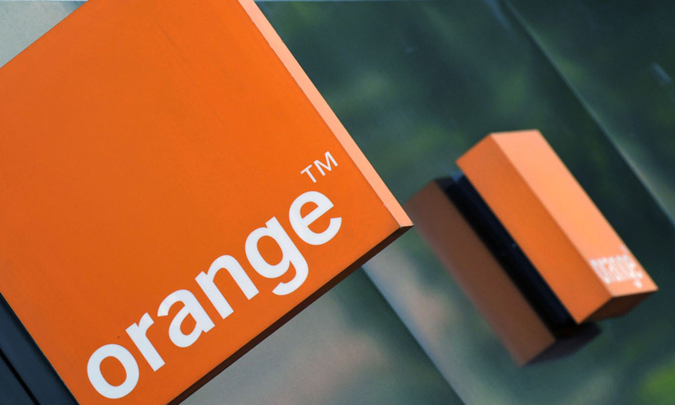 A logo of the Orange mobile phone network provider is seen on a retail store in central London September 8, 2009. Deutsche Telekom and France Telecom plan to merge their British mobile units, responding to intense competition with a venture that would grab top spot in the crowded UK market. Setting out their plans on Tuesday, the partners said they plan to reach an agreement by the end of October and hope to get approval by mid 2010 for a combination of their British T-Mobile and Orange brands which could present a fresh challenge to market leaders O2 and Vodafone PLC. REUTERS/Toby Melville (BRITAIN BUSINESS)
